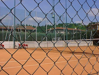 Chain link fence for tennis courts